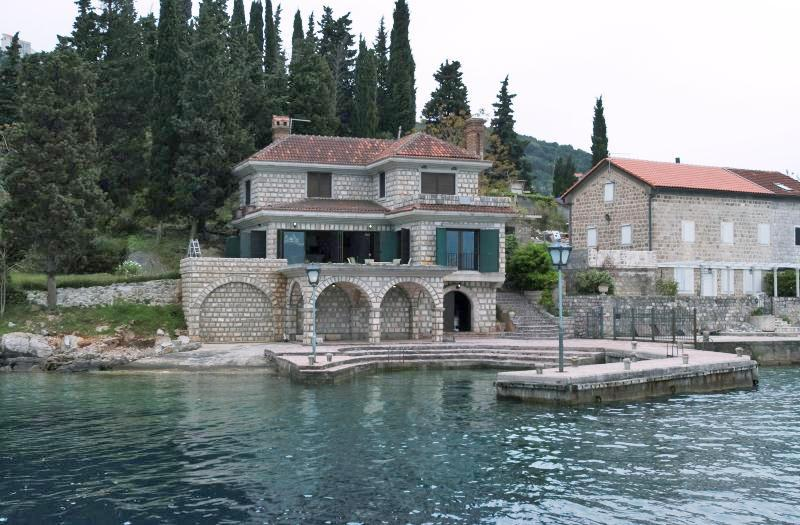 Herceg Novi, Rose – stone villa 350m2, on the first line to the sea;