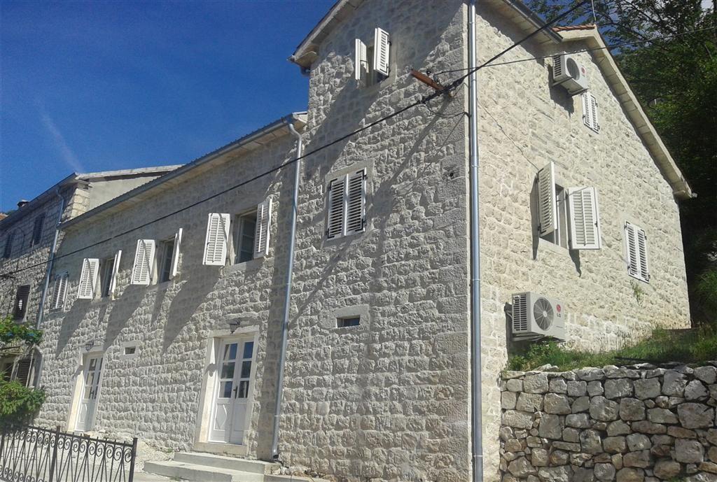 Котор, Дражин Врт – отреставрированный каменный дворец, 30м от моря