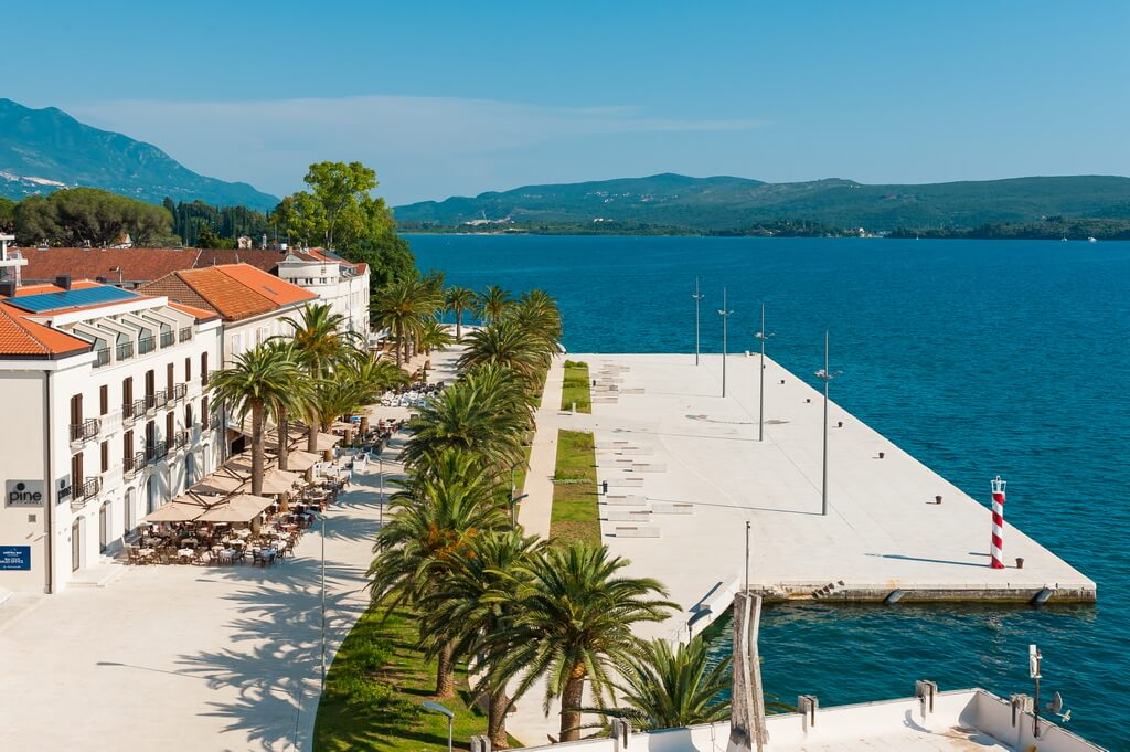Tivat, Pine – exclusive two-bedroom apartment on the first line to the sea