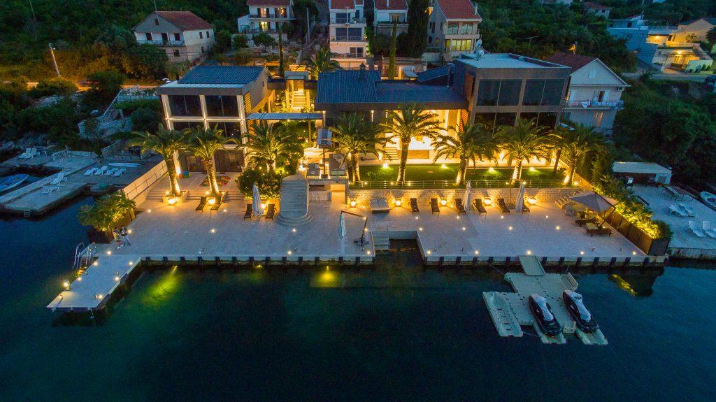 Tivat, Krtole – izuzetan kompleks od tri vile sa više od 60m svoje obale