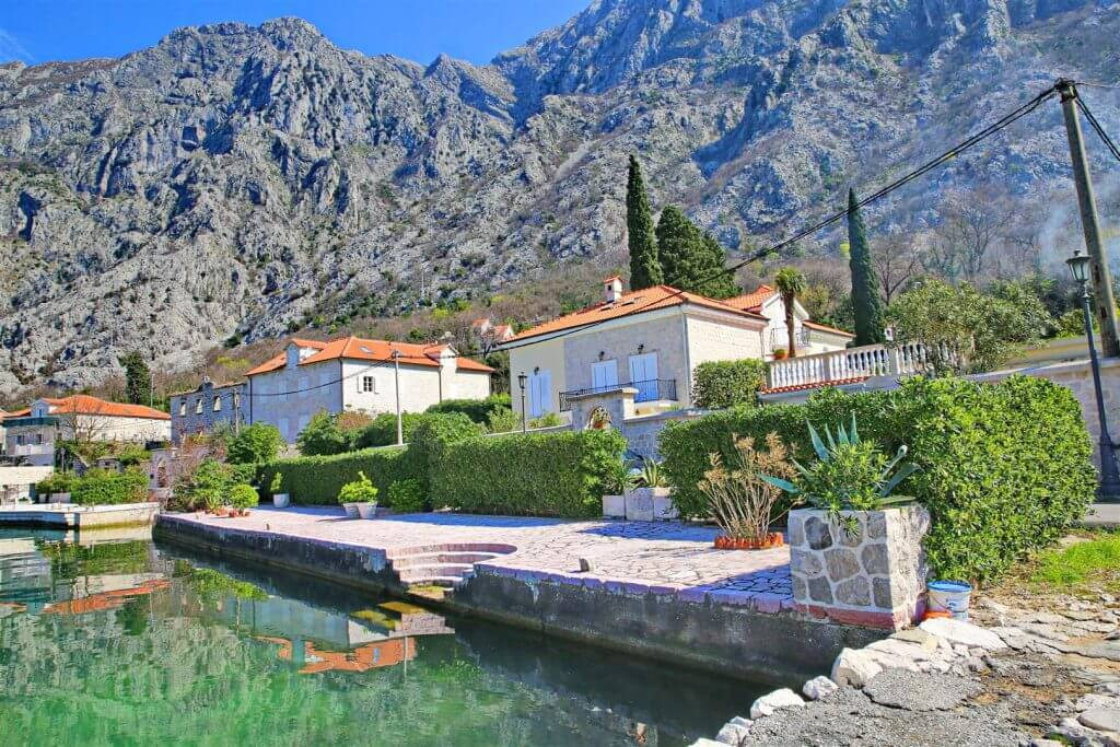 Kotor, Ljuta – autentična vila na prvoj liniji do mora, na zemljištu od 2.108m2