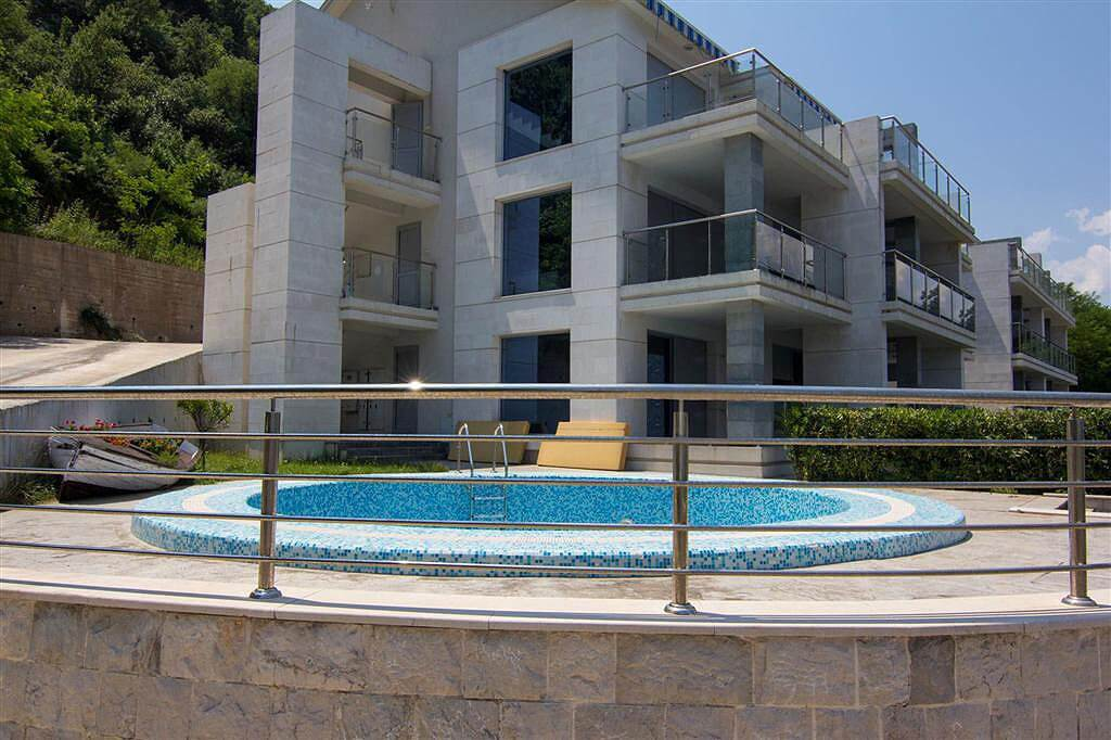 Kotor, Stoliv – luxury apartment 100m2 with swimming pool, on the first line to the sea