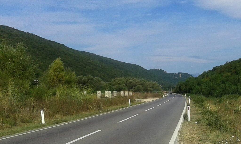 Kotor, Lastva Grbaljska – urbanizovano zemljište, sa 310m kontakta sa magistralom