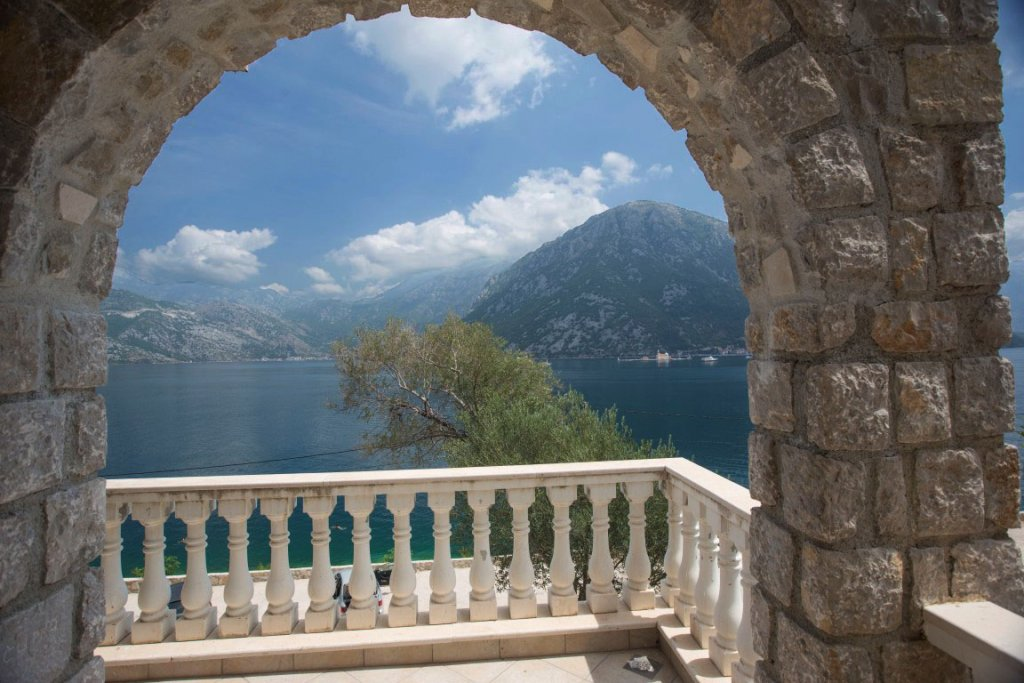 Kotor, Kostanjica – villa 235sq m, in a waterfront residential complex
