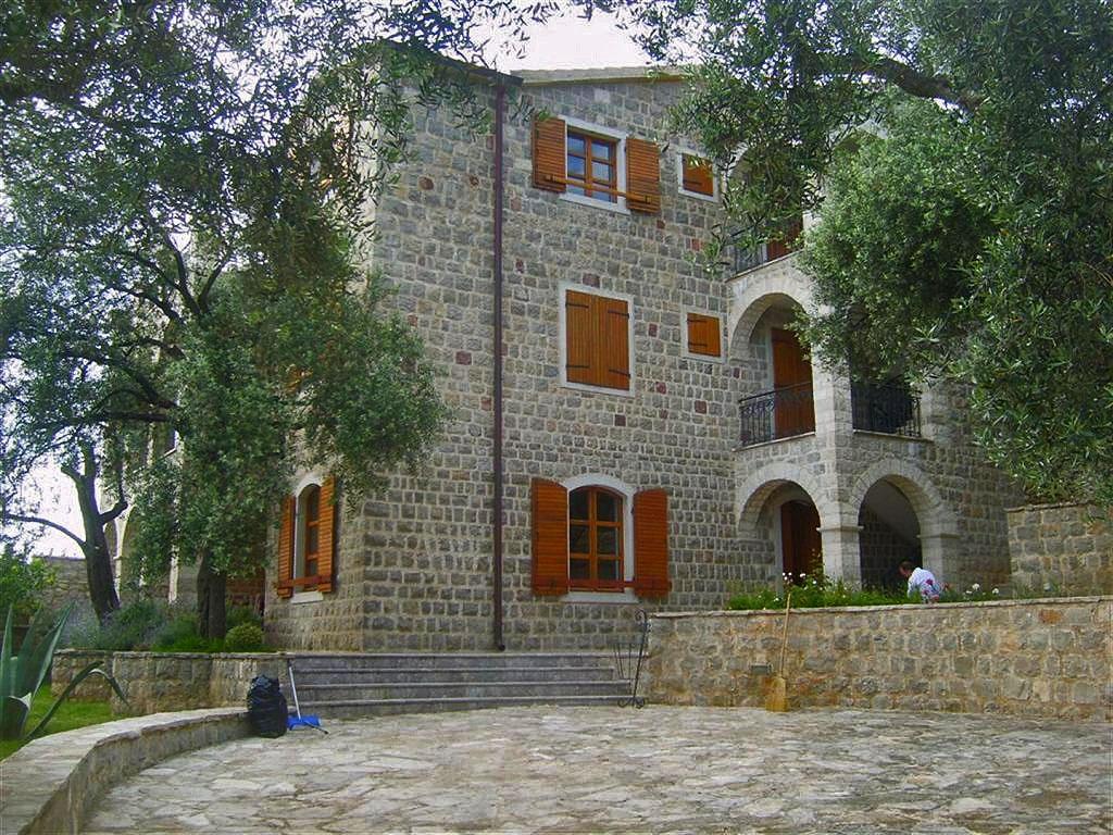 Budva, Reževići – kamena vila 480m² sa bazenom