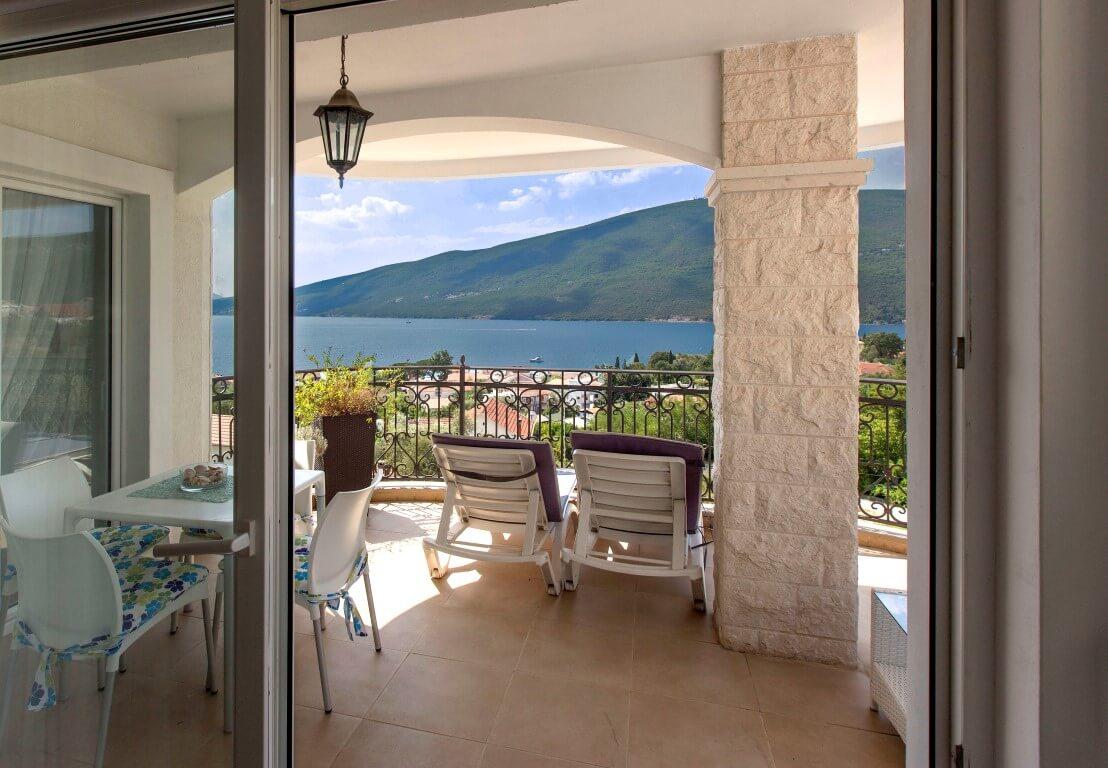 Herceg Novi, Đenovići – apartman u zatvorenom kompleksu sa bazenima i panoramskim pogledom na more