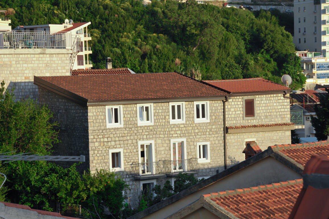 Budva, Rafailovići – kamena vila sa 10 apartmana, blizu mora