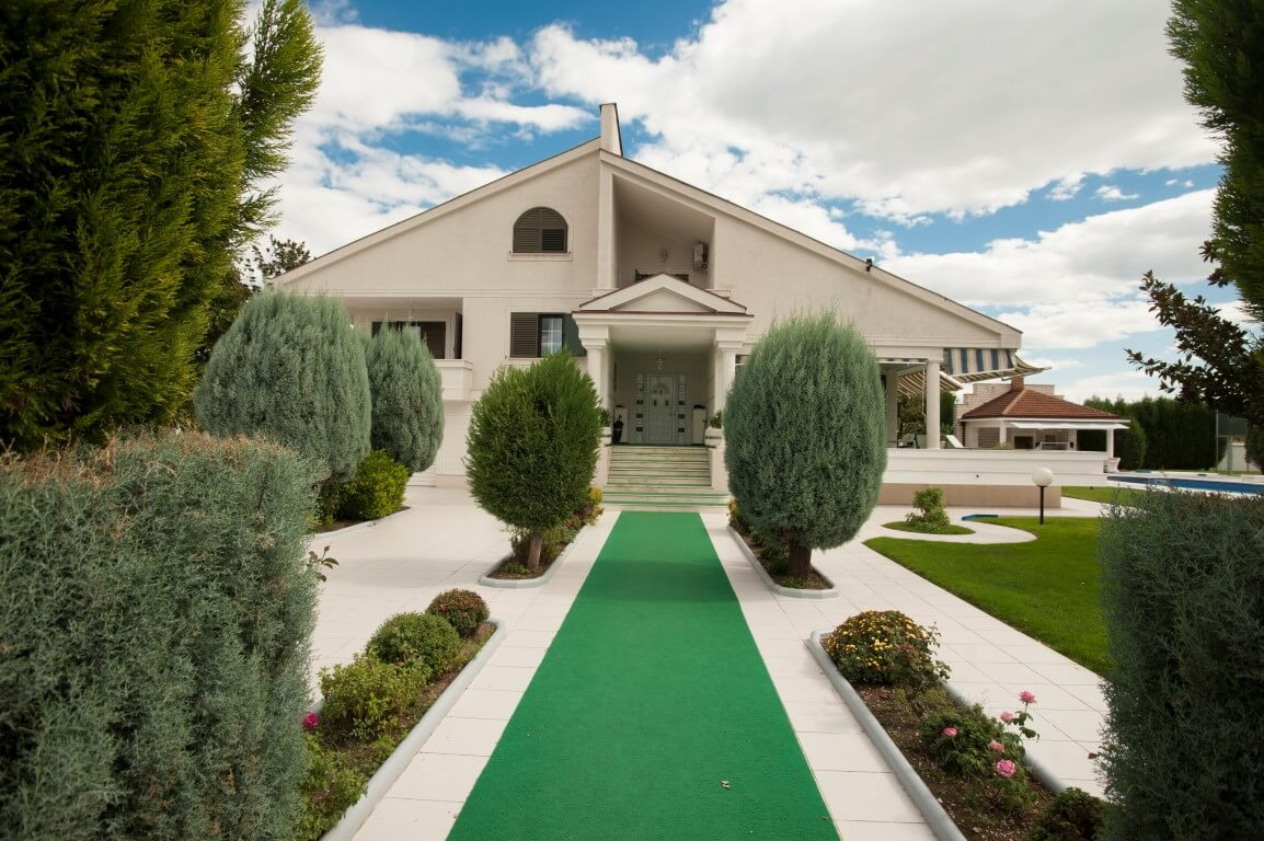 Podgorica, Tolosi - luxury estate with an outdoor swimming pool and tennis court