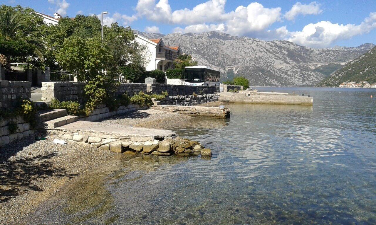Kotor, Stoliv – kuća 63m2 sa pontom na urbanizovanom placu 383m2, prva linija do mora