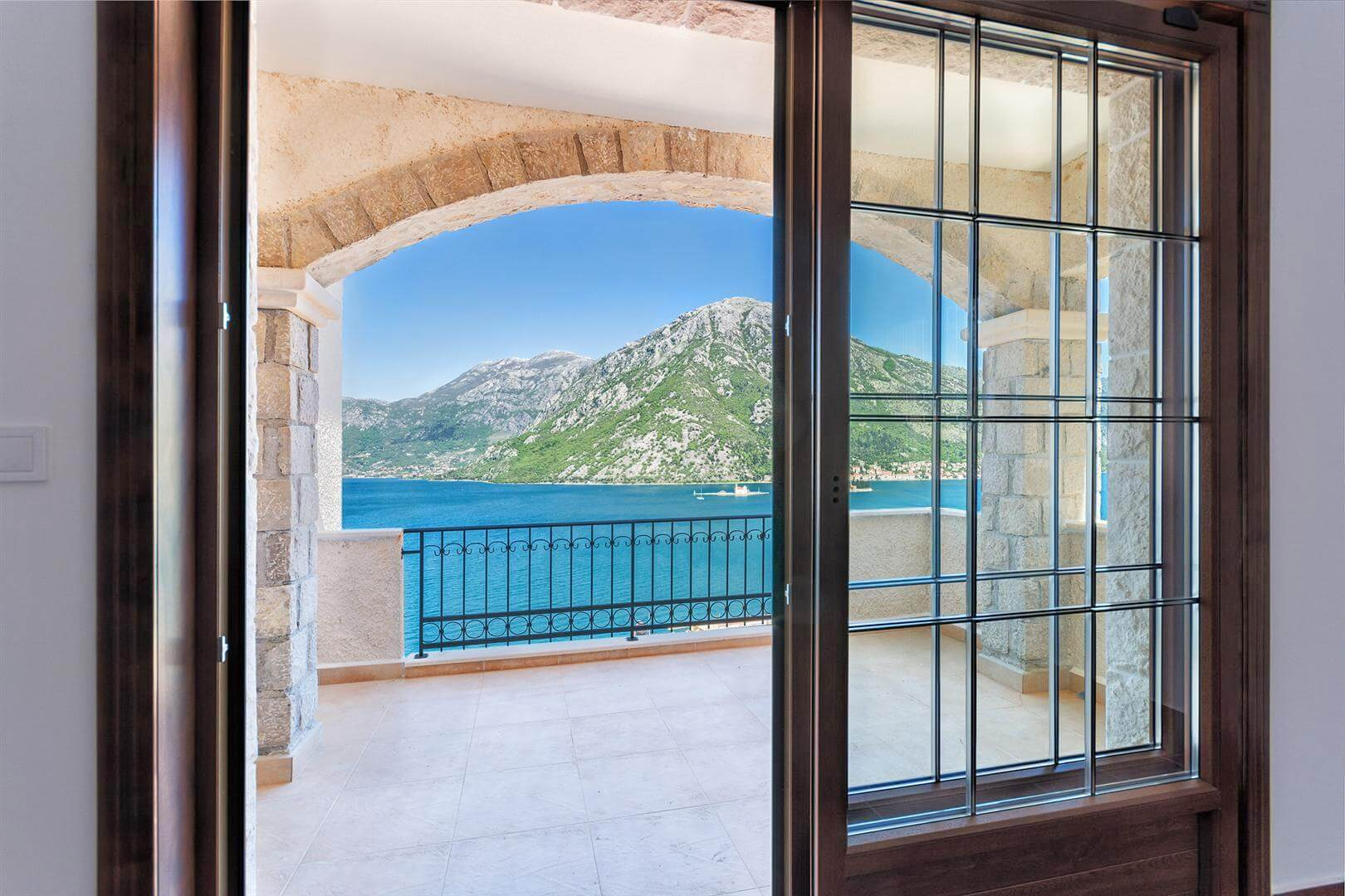 Kotor, Kostanjica –three bedroom apartment with open sea view