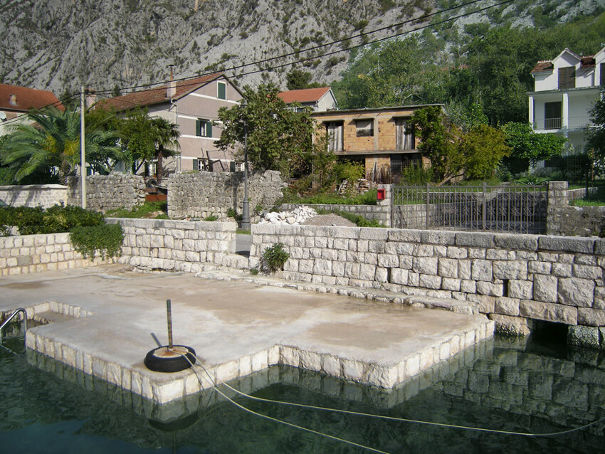 Kotor, Ljuta – waterfront house with urbanized land plot of 657m2