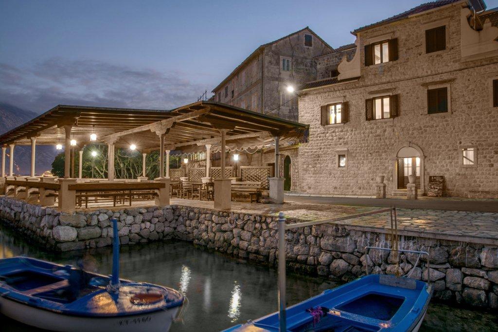 Kotor, Prčanj – dvije restaurirane kamene kuće sa restoranom, na prvoj liniji do mora
