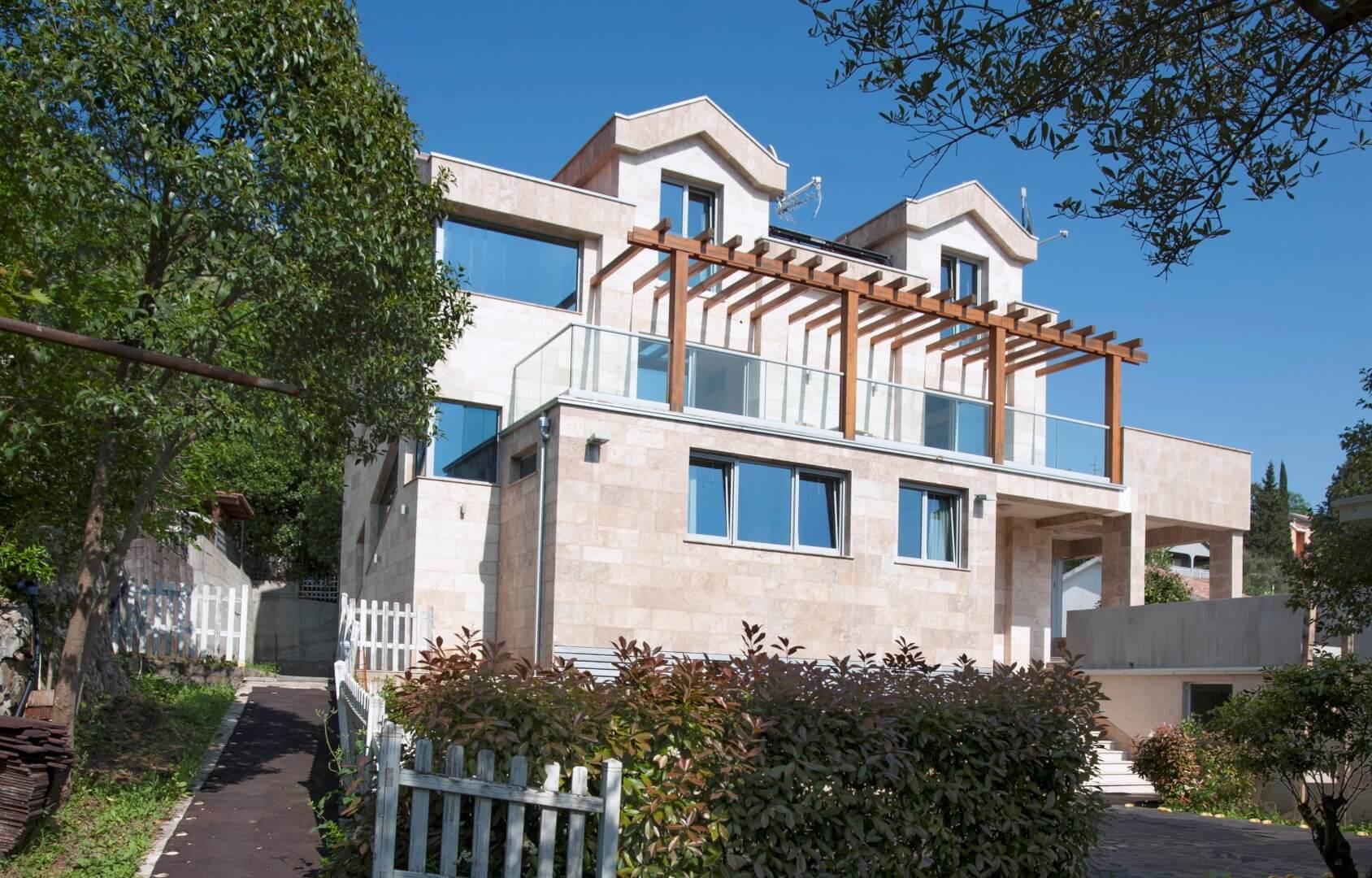 Tivat, Donja Lastva – villa 400m2, 50m from the sea