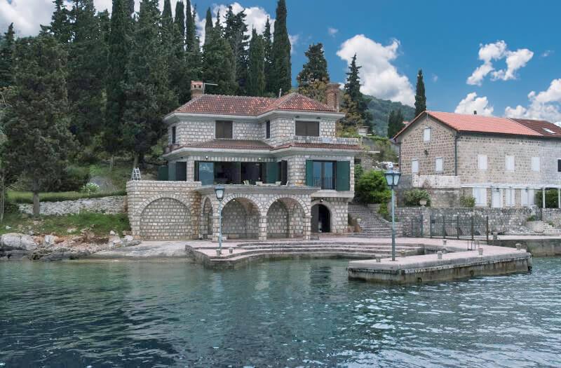 Herceg Novi, Rose – stone villa 350m2, on the first line to the sea;