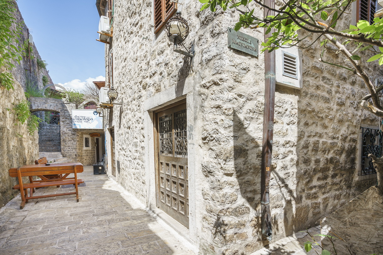 Budva, Stari grad – renovirana kamena porodična kuća sa baštom