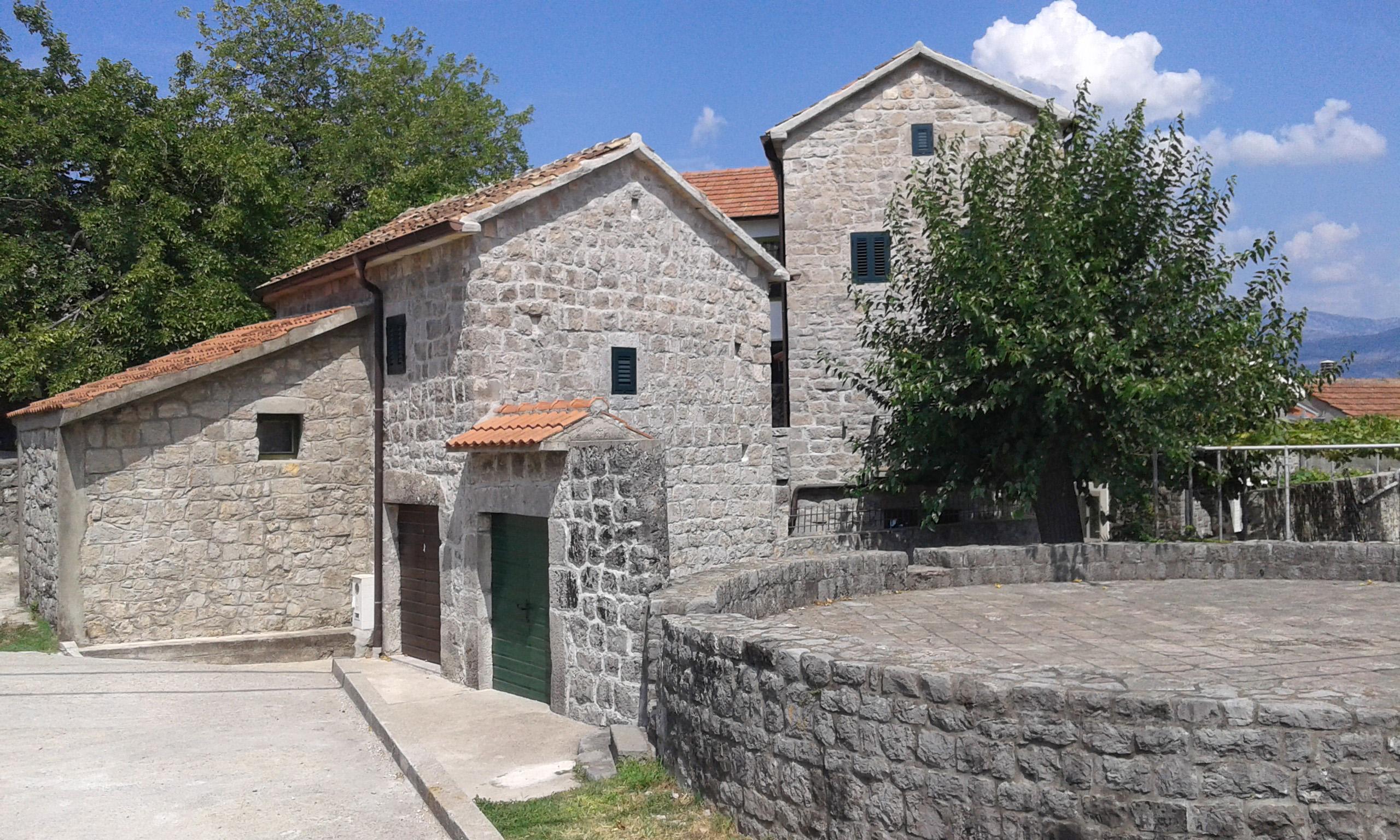 Тиват, Радовичи — два старых отремонтированных каменных дома