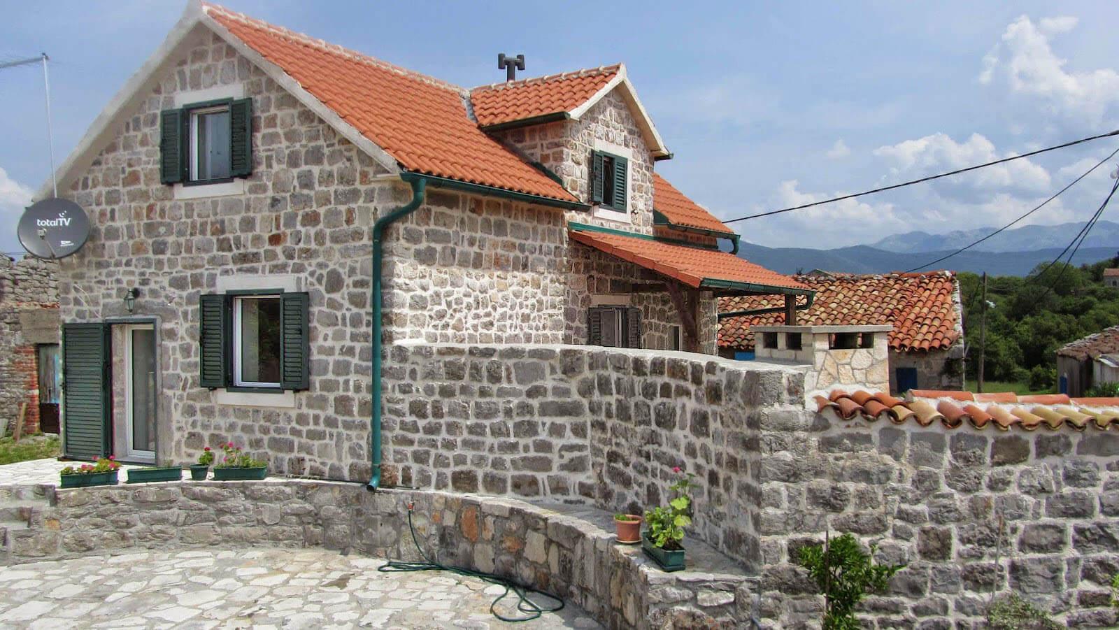 Tivat, Đuraševići – renovirana kamena kuća s dvije spavaće sobe
