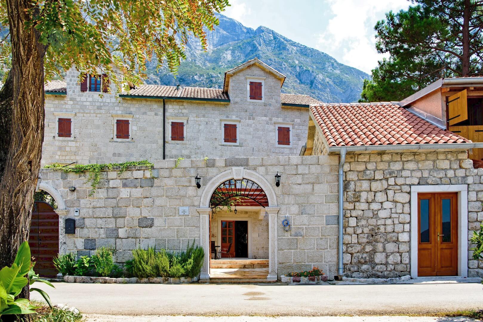 Kotor, Dobrota – kamena vila na prvoj liniji do mora