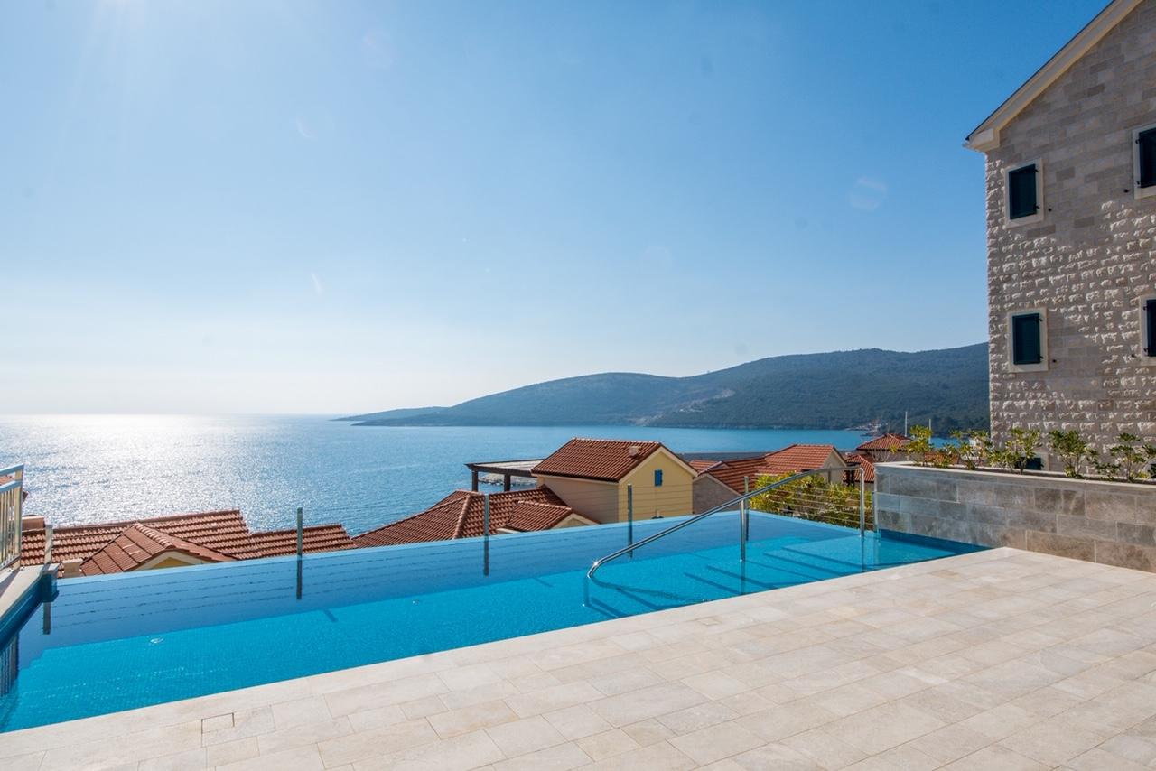 Тиват, Lustica Bay — трехкомнатная квартира с двором, бассейном и видом на море;