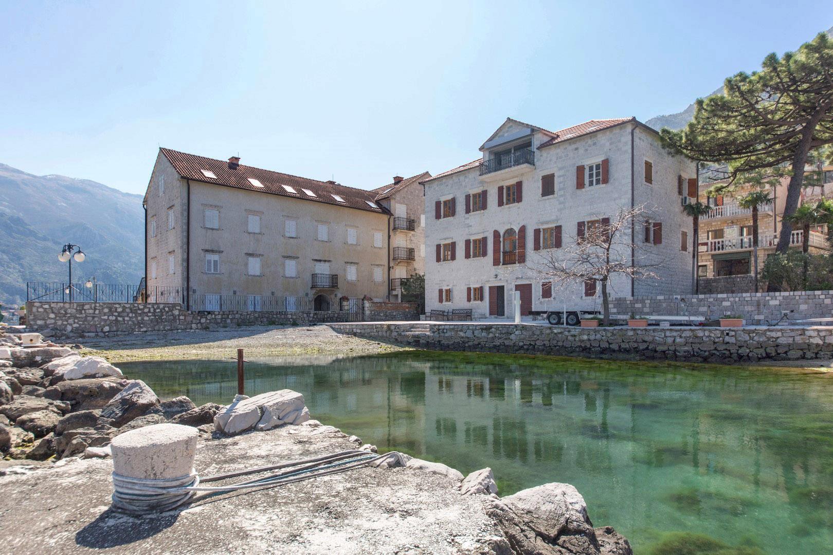 Kotor, Prčanj – kamena palata sa svojom plažom