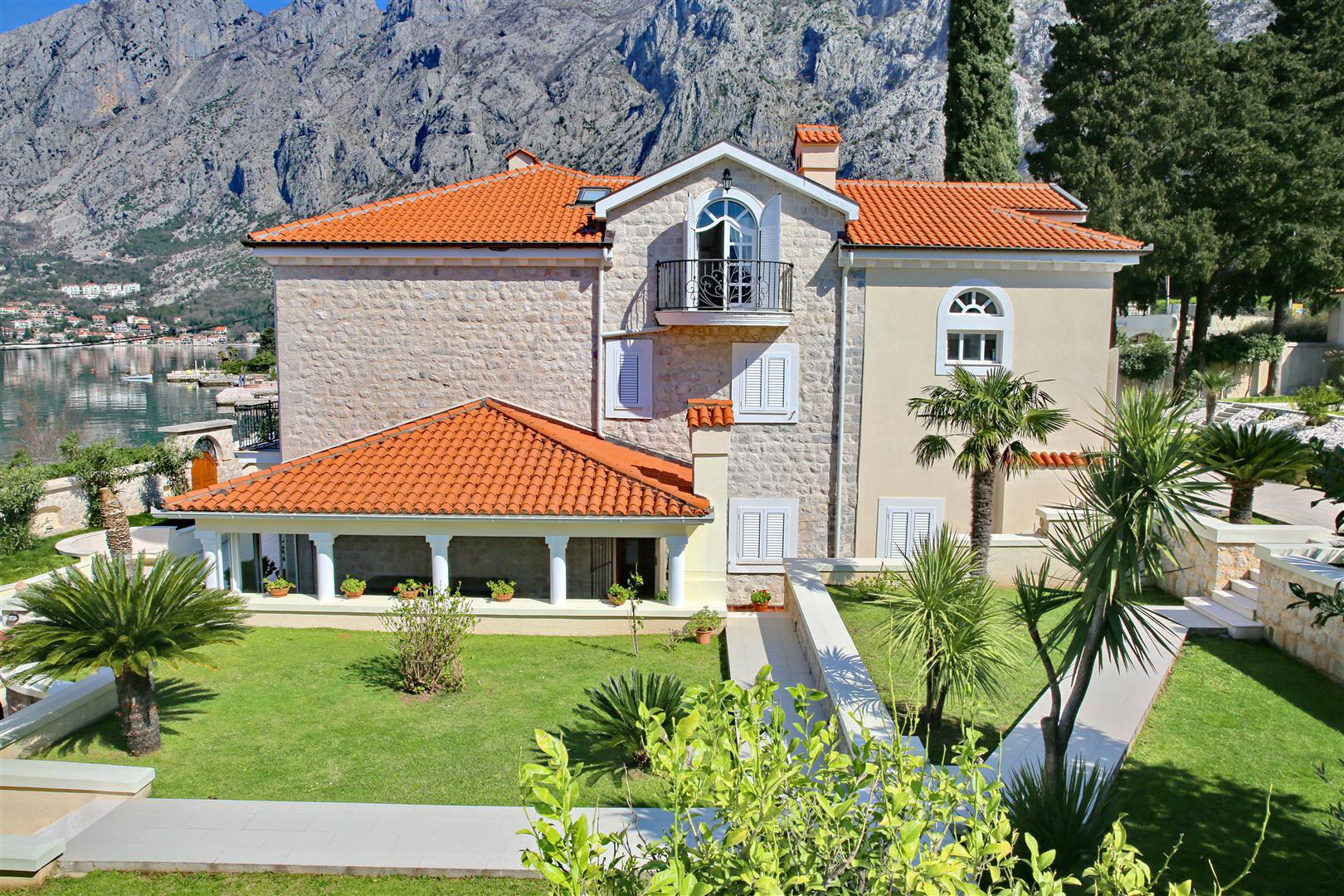 Kotor, Ljuta – authentic waterfront villa, on the land plot of 2108m2