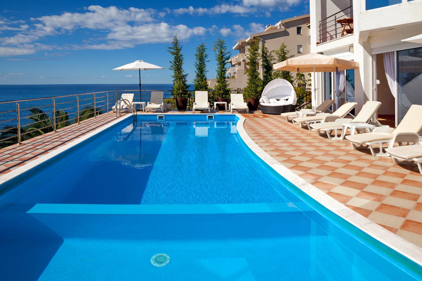 Bar, Dobre Vode – kompleks vila s bazenima, na prvoj liniji do mora