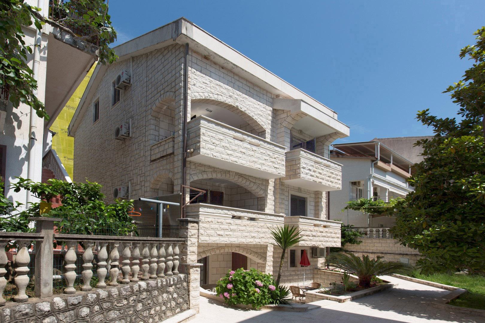 Budva, Bečići – vila apartmanskog tipa s dodatnom urbanizovanom parcelom