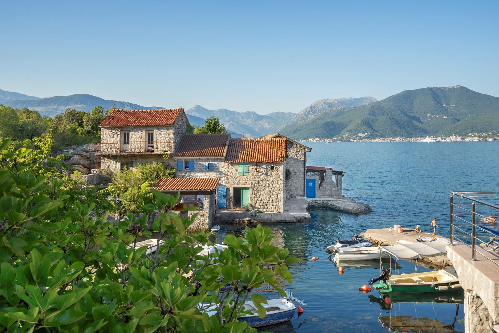 Tivat, Kakrc – renovirana kamena kuća na prvoj liniji do mora