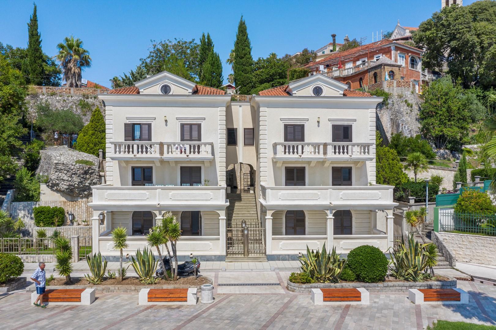 Herceg Novi, Savina – ekskluzivna vila na prvoj liniji do mora, na placu od 1,408m2