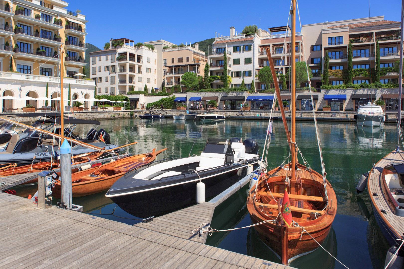 Tivat, Porto Montenegro - namješten dvosoban stan u zgradi Tara
