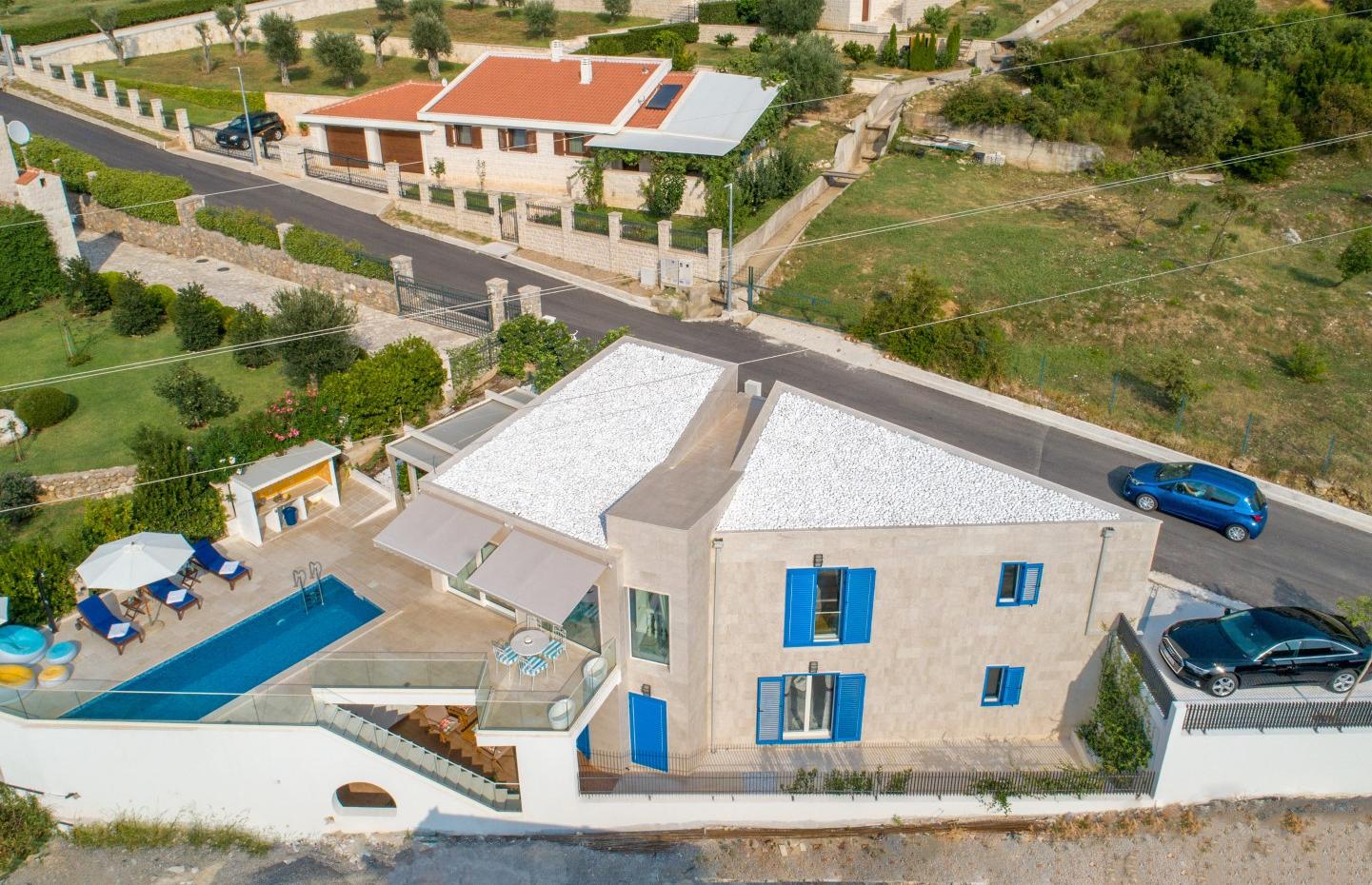 Budva, Blizikuće – moderna vila s bazenom i pogledom na more