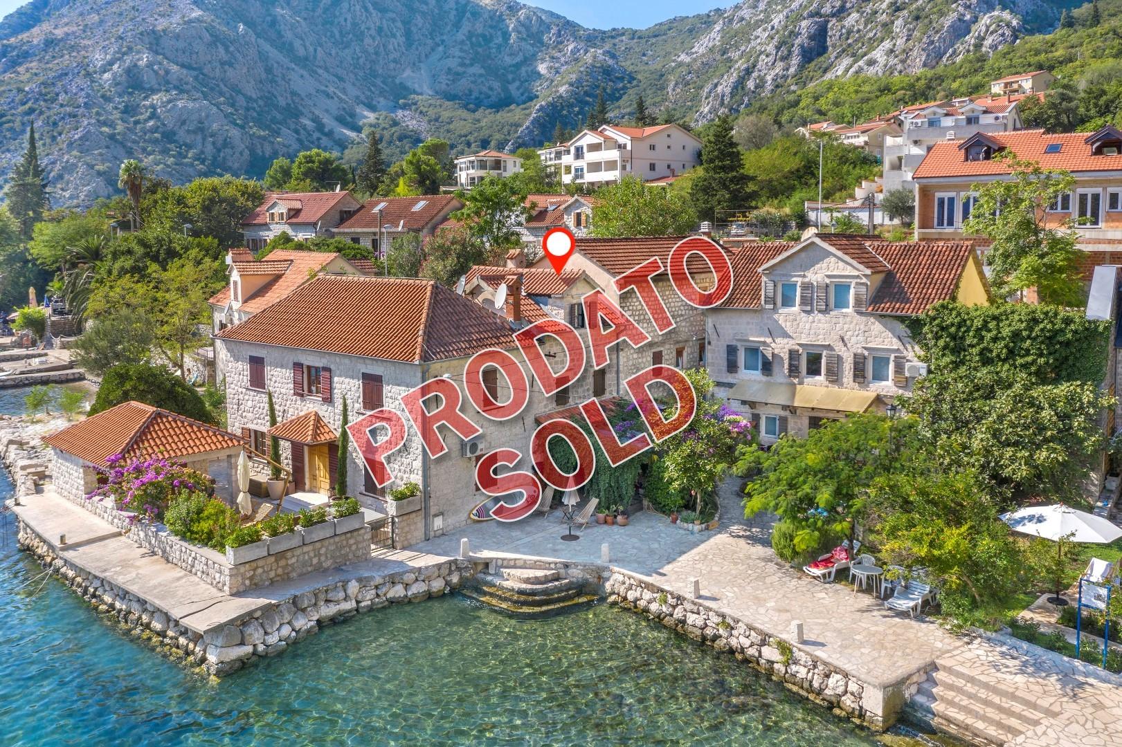 Kotor, Orahovac – renovirana kamena kuća na obali mora