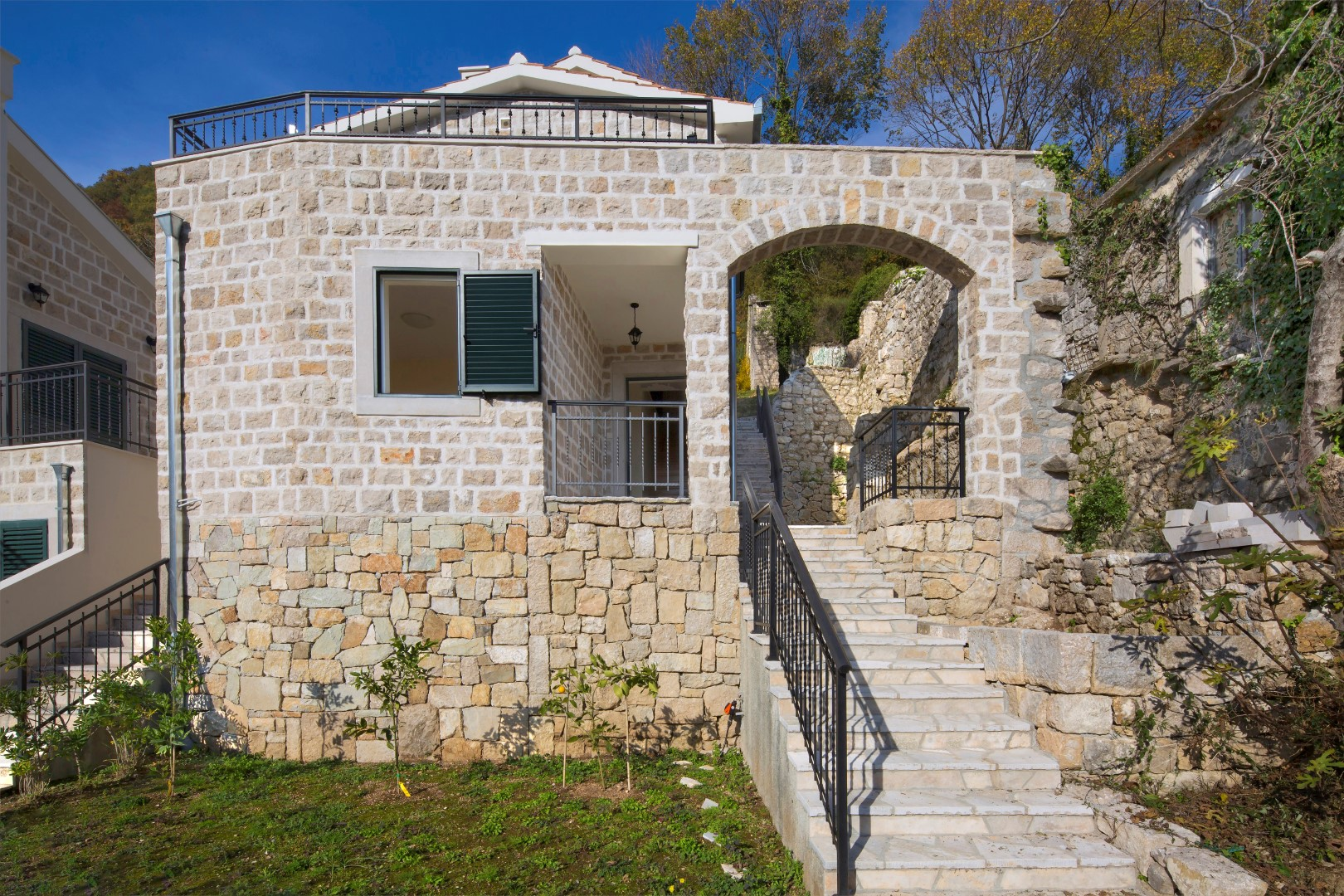 Herceg Novi, Lučići – renovirana kamena vila s pogledom na more