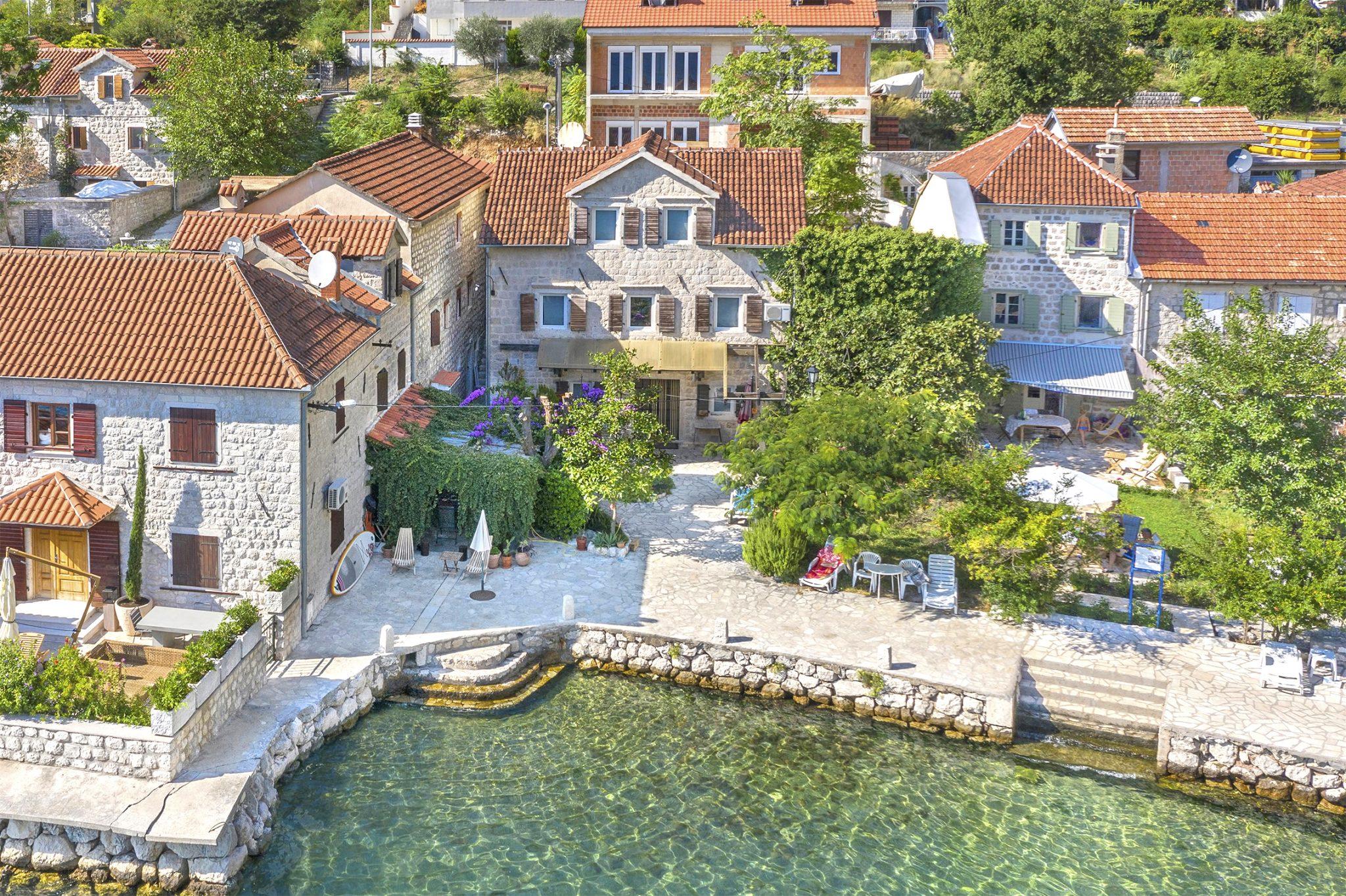 Kotor, Orahovac – kamena vila na prvoj liniji do mora
