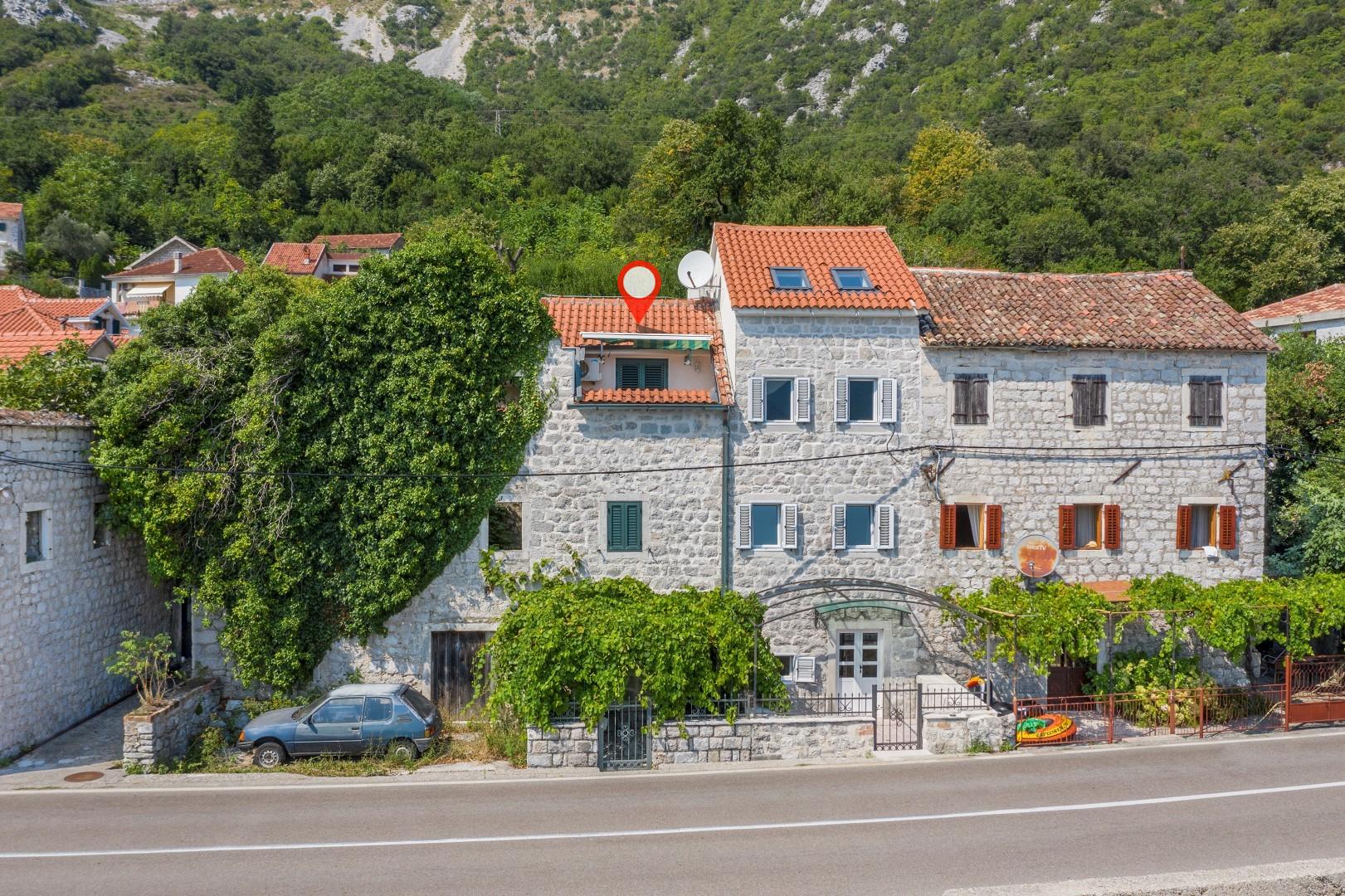 Kotor, Strp – kamena kuća na prvoj liniji do mora