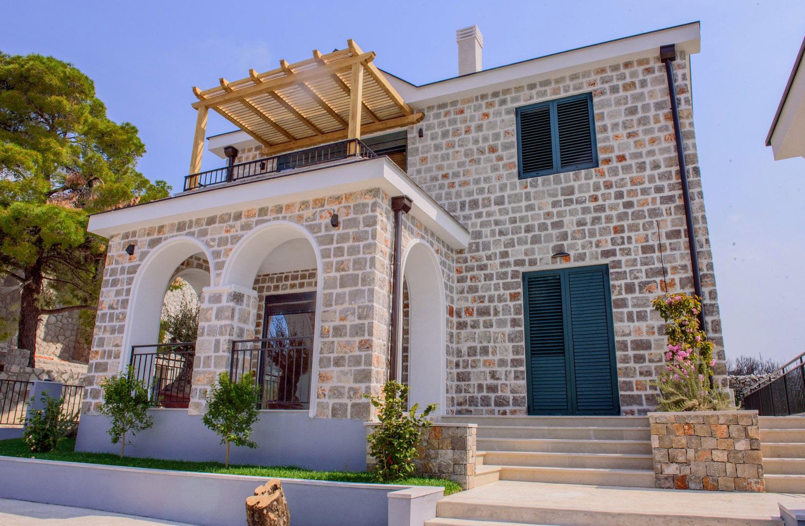 Luštica, Rt Veslo – nova kamena vila s bazenom, blizu mora