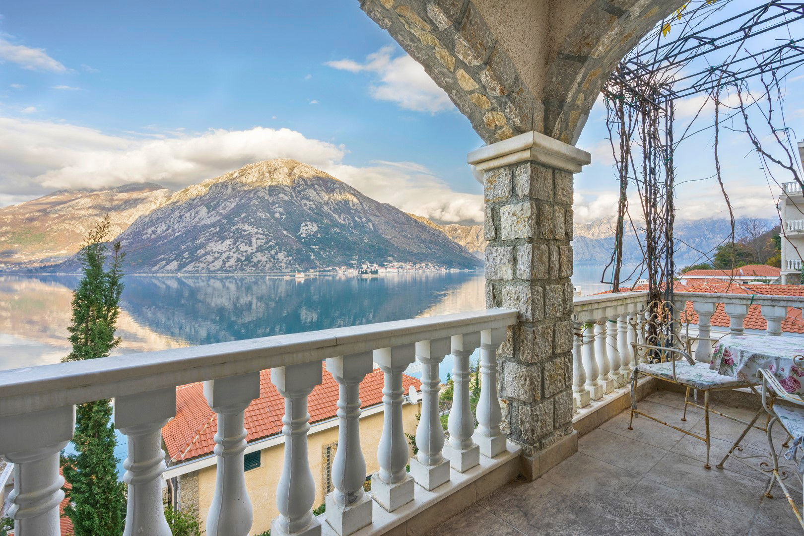 Kotor, Kostanjica – two-bedroom apartment in a complex on the first line to the sea