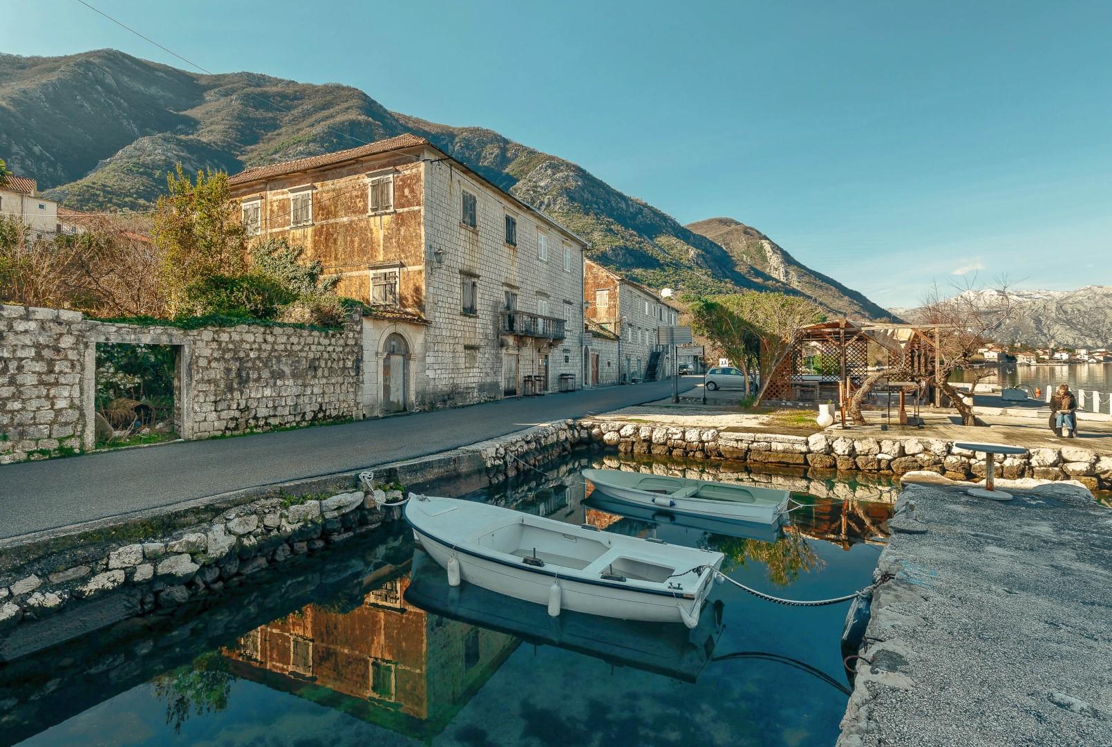 Kotor, Prčanj – istorijska kamena palata iz 18. vijeka, na prvoj liniji do mora