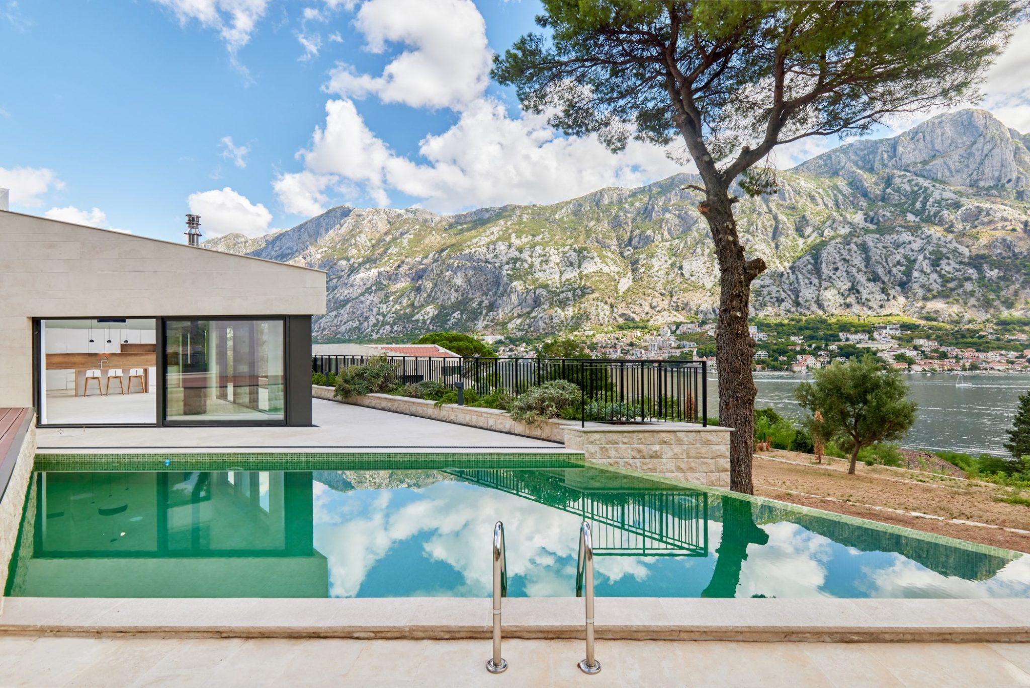 Kotor, Prčanj – savremena vila sa bazenom i panoramskim pogledom na more