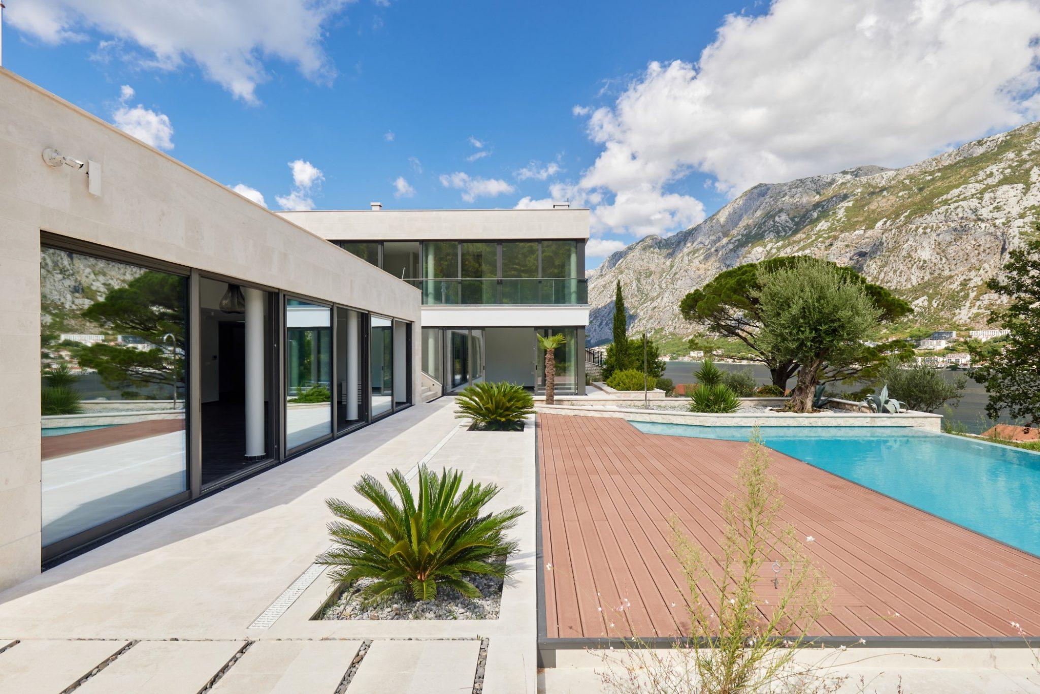 Kotor, Prčanj – luksuzna vila sa otvorenim bazenom i panoramskim pogledom na zaliv