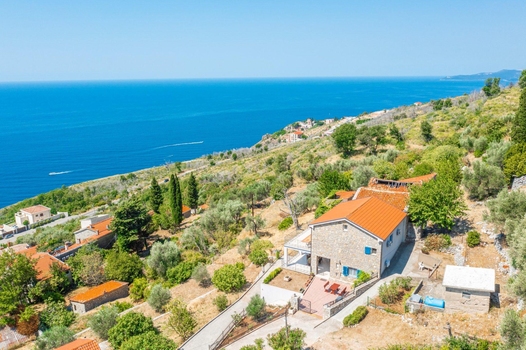 Budva, Reževići – dvospratna kamena kuća sa panoramskim pogledom na more