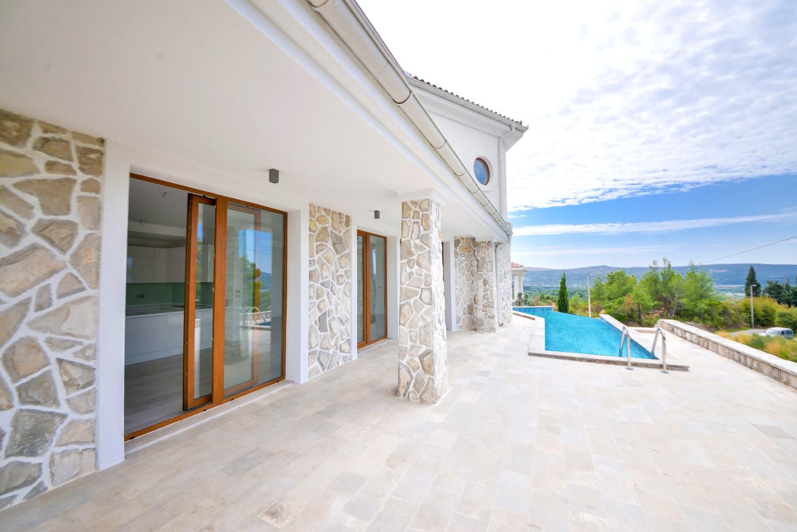Kotor, Kavač – nova moderna vila s bazenom